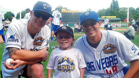 Tucson's Aaron Cunningham and Las Vegas' Brad Mills spend time with Lincoln J.